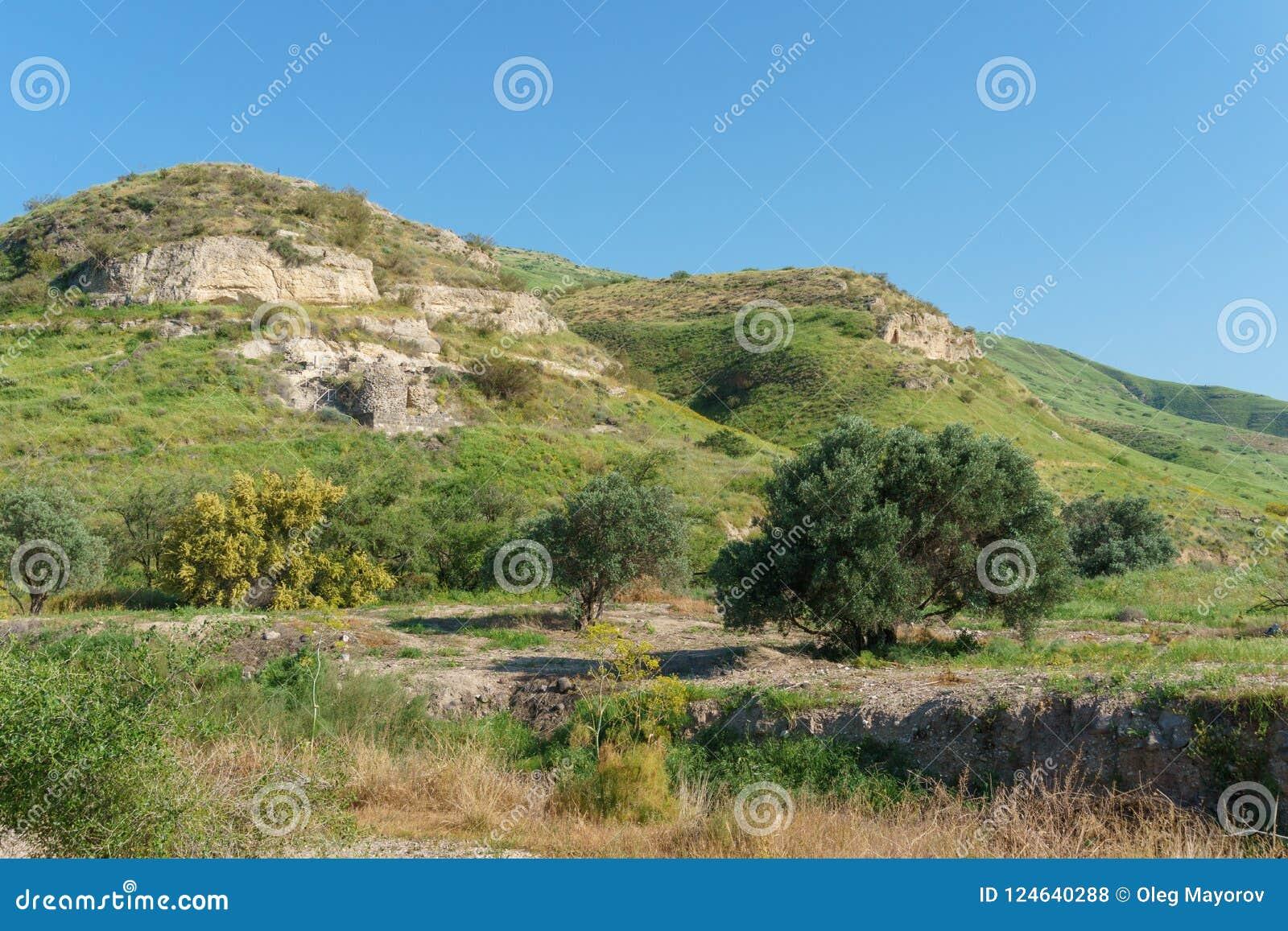 Golan Heights Israel - mars 31, 2018: Mäktiga rest för Kursi nationalpark av en kloster och en kyrka