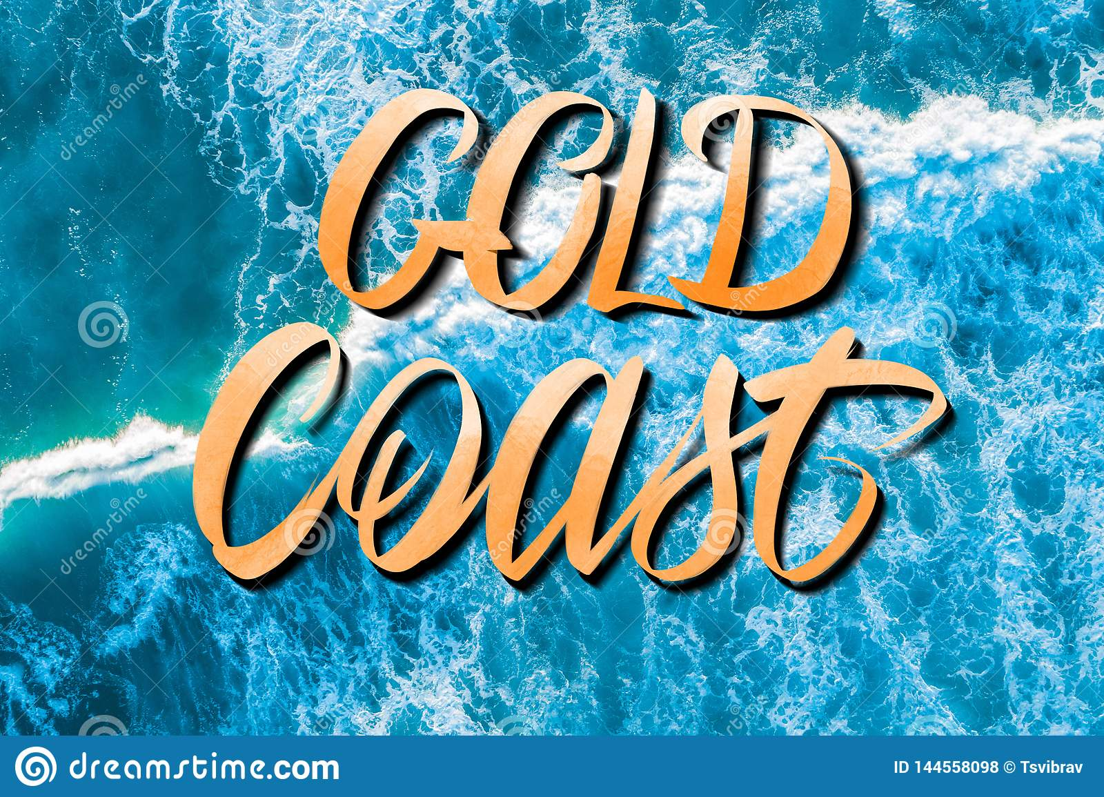 Gold Coast-Beschriftung über klaren blauen Zerquetschungswellen