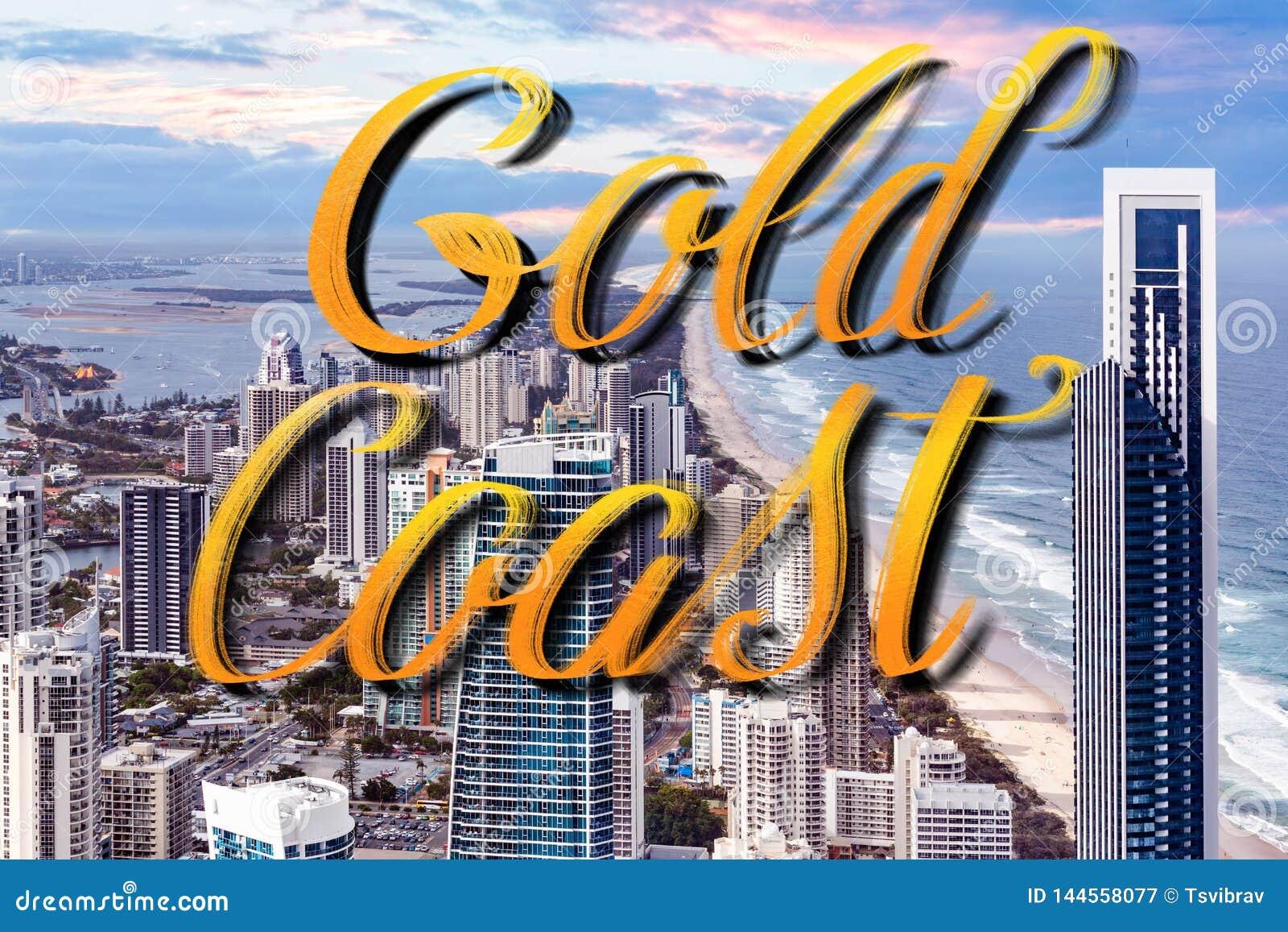Gold Coast-Handbeschriftung über den Wolkenkratzern recht nahe bei dem Ozeanstrand - Surfer Paradise, Gold Coast, Australien