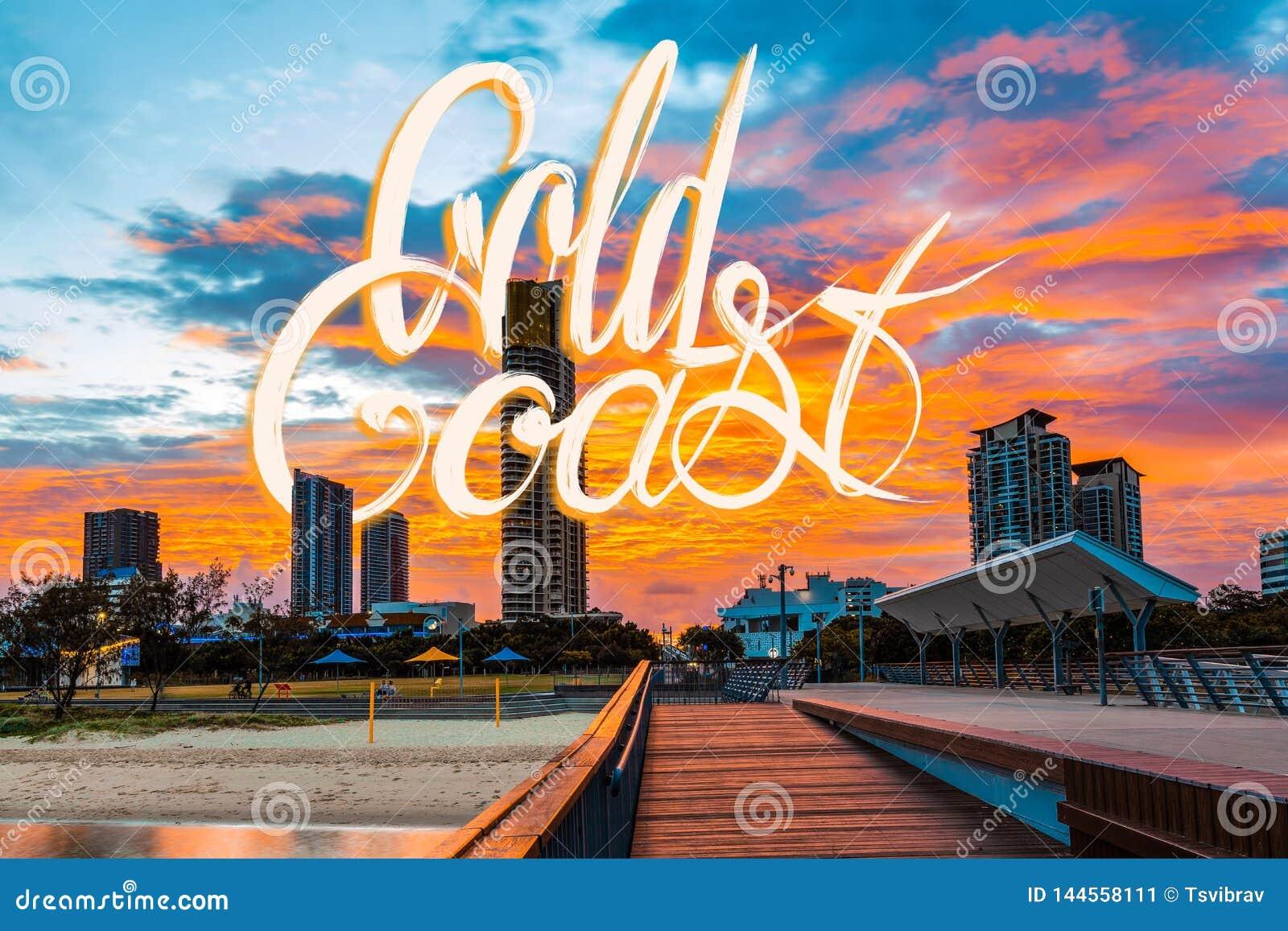 Gold Coast-het van letters voorzien op foto van mooie levendige oranje zonsondergang in Queensland, Australië