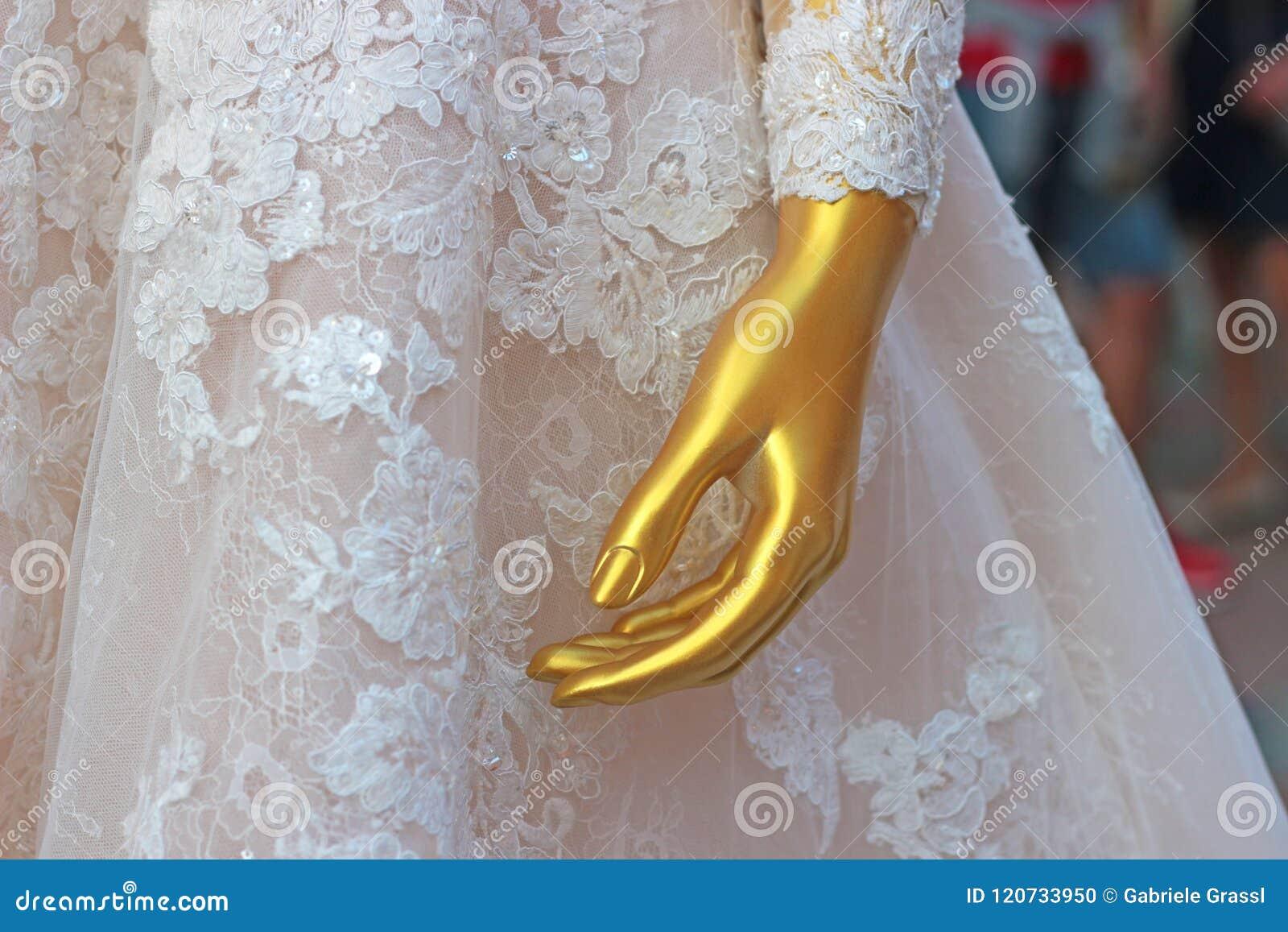 Gold Farbiges Mannequin In Einem Hochzeitskleid Stockfoto - Bild