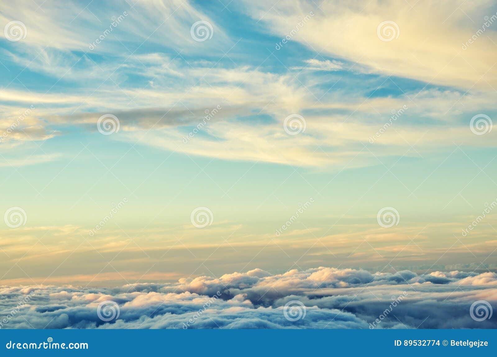 Gold- und der blauen Farbwolkenabstrakter Hintergrund Sonnenunterganghimmel über den Wolken