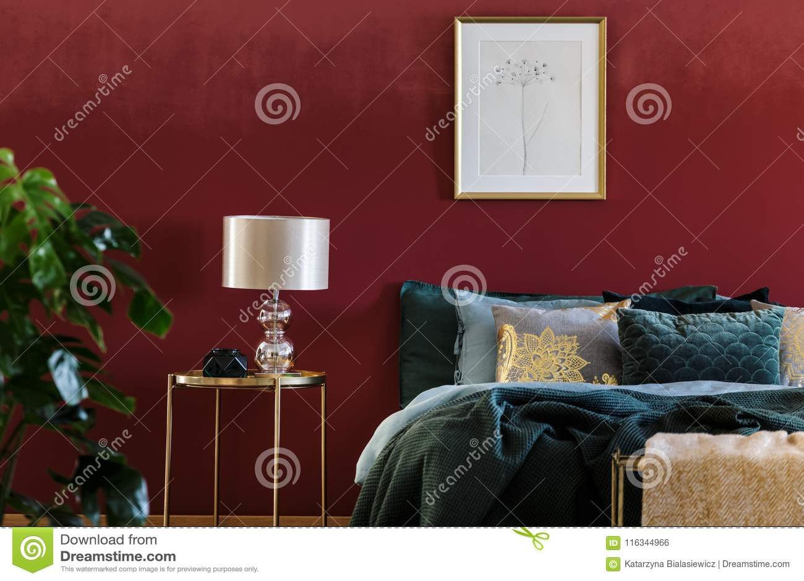 Gold Und Rotes Hoch Entwickeltes Schlafzimmer Stockfoto - Bild von ...