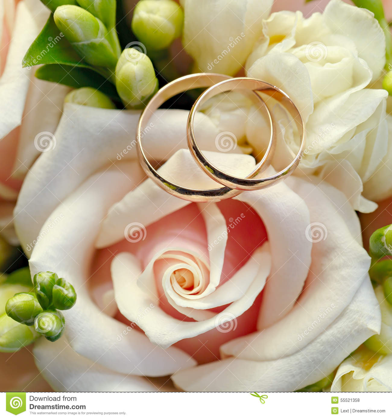 Wedding Rings Flowers: Gold Wedding Rings On Bouquet Of Flowers For The Bride
