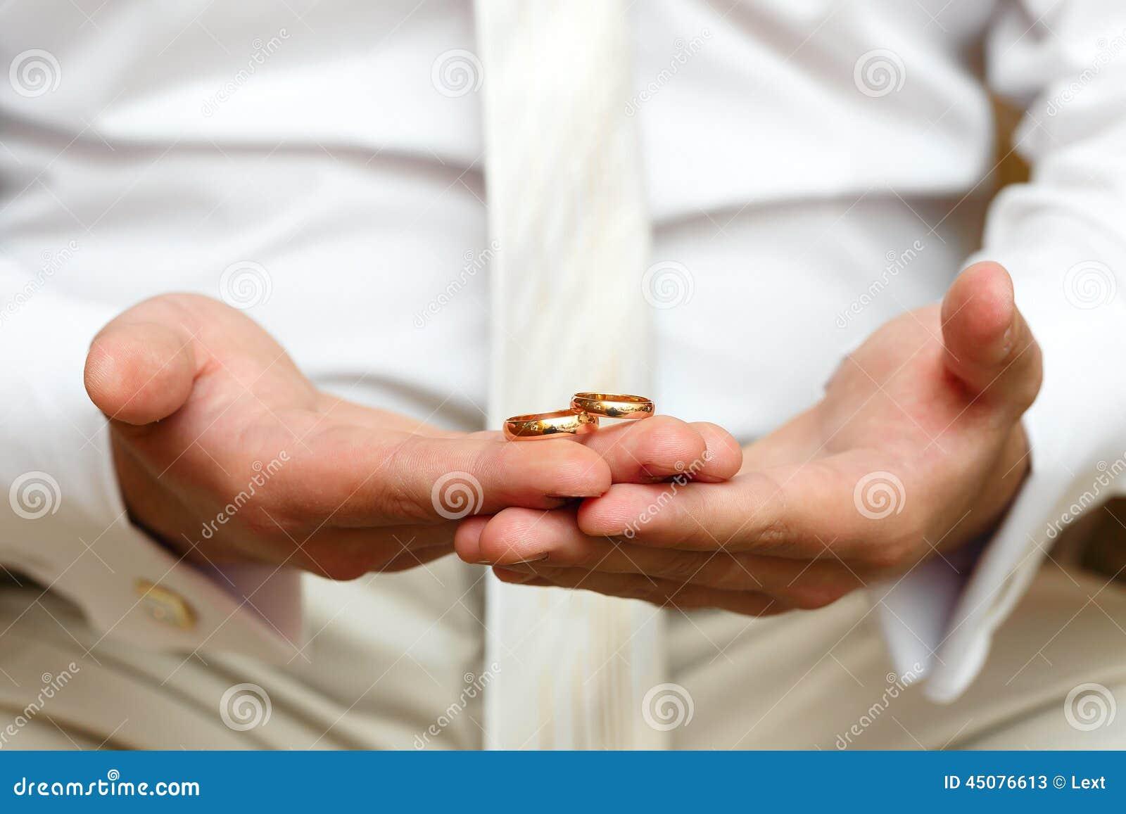 Very Best Gold Wedding Rings On Hand 1300 x 957 · 84 kB · jpeg