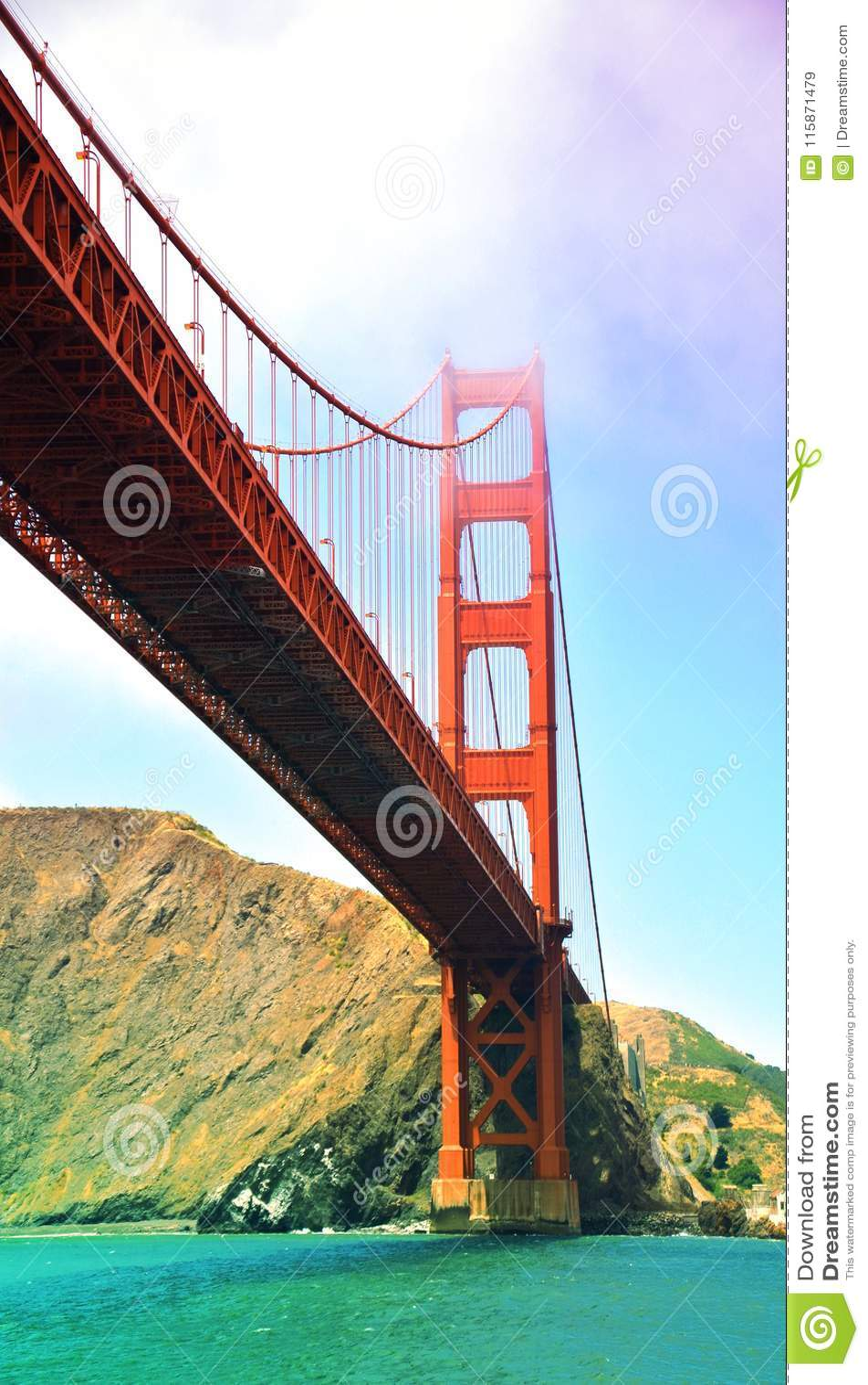Golden gate bridge au-dessus des eaux