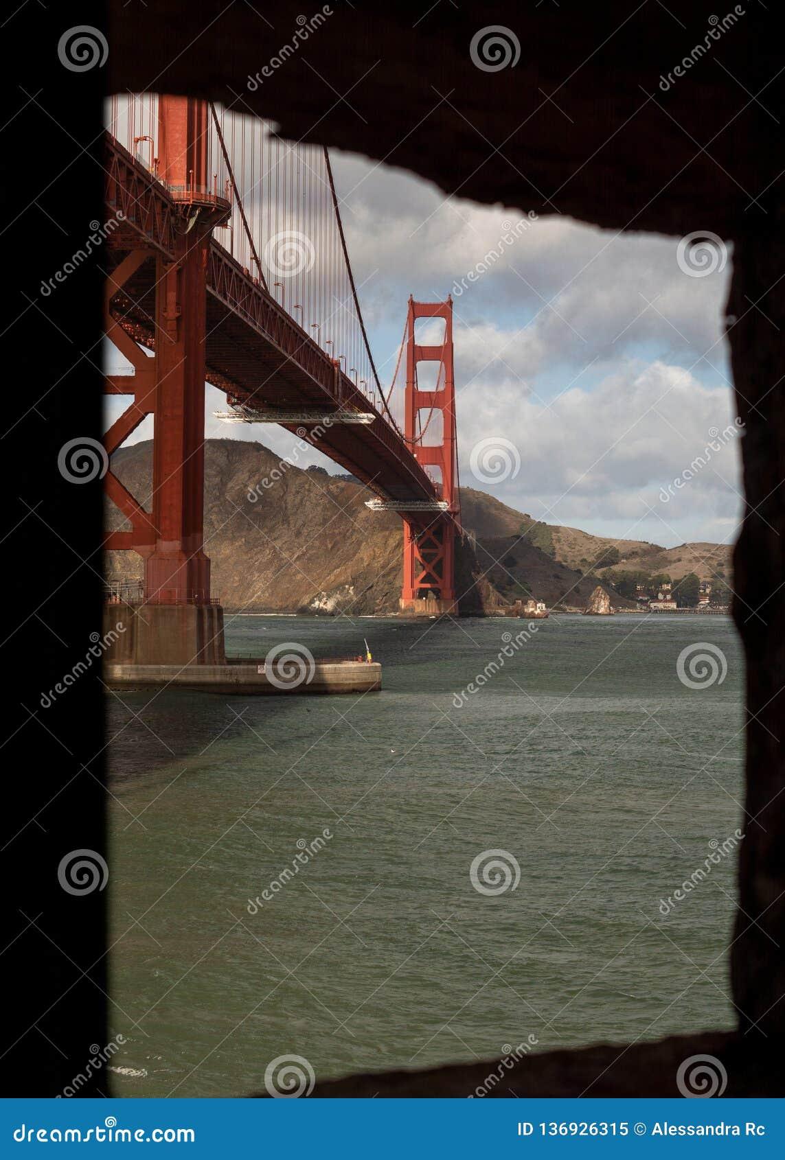 Golden Gate Bridge od okno