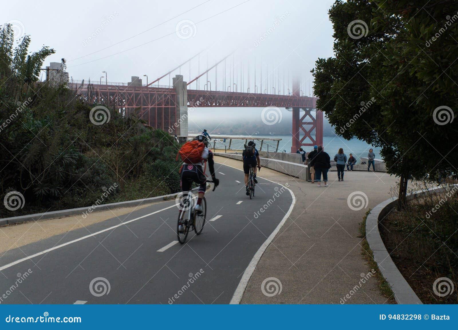 Golden gate bridge område i San Francisco USA med folk som nära går