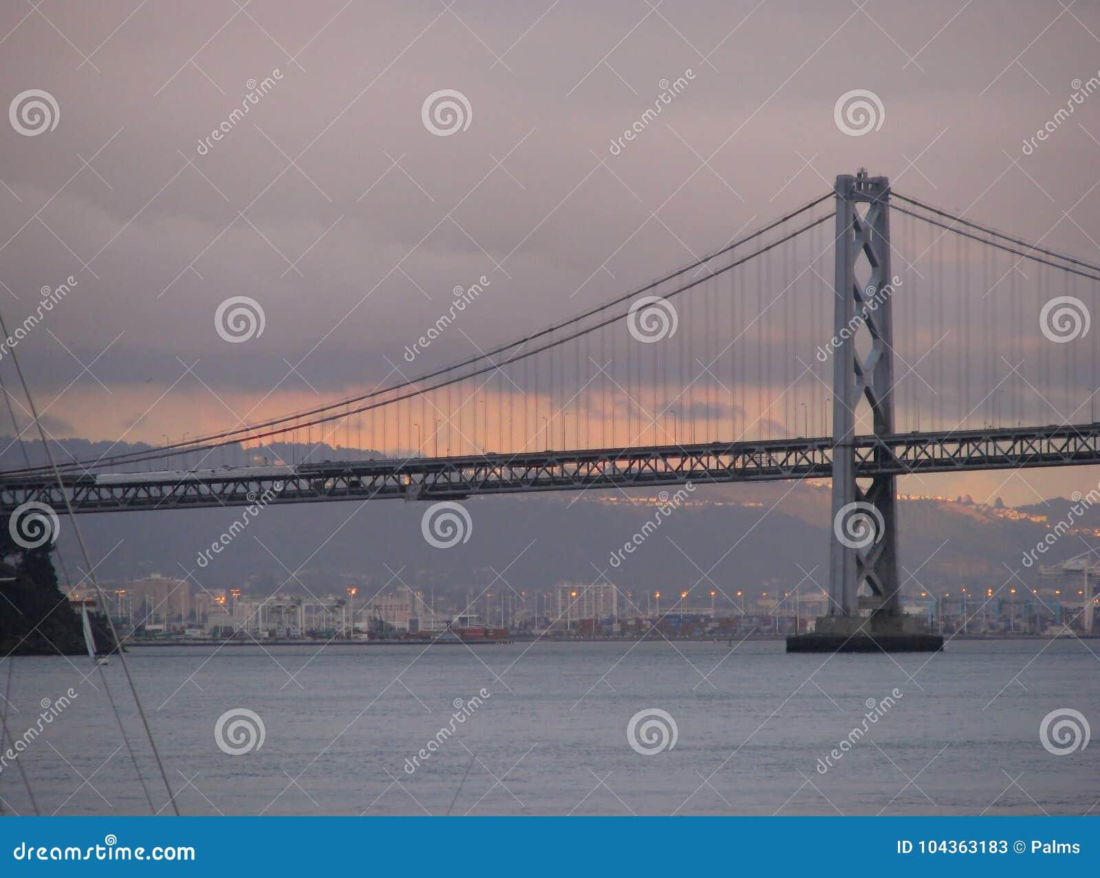 Golden gate bridge, San Francisco, Californië bij zonsondergang
