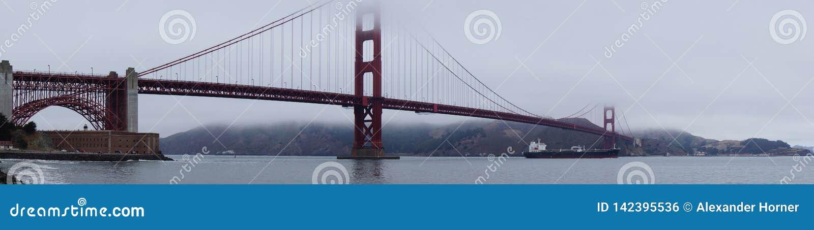 Golden gate bridge in wolken wordt behandeld die
