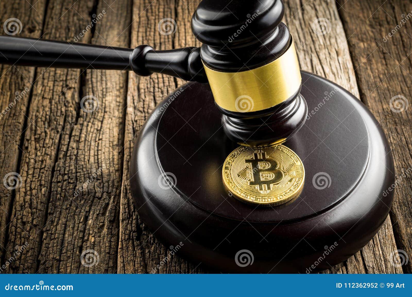 Goldene bitcoin Münze mit Richter Wood Hammer Law beurteilt Hintergrund