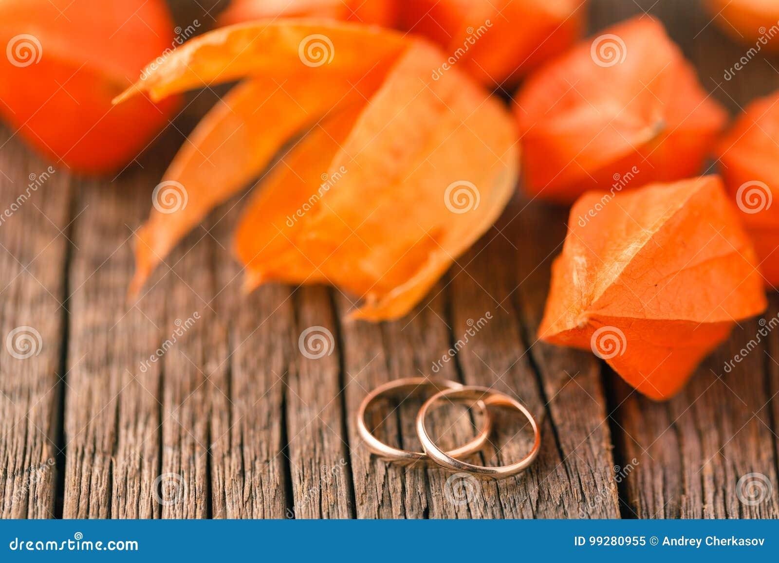 Goldene Eheringe auf einer Herbstblattnahaufnahme