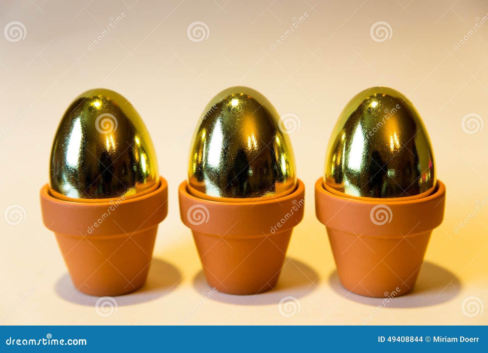 Download Goldene Eier Mit Einem Gelben Hintergrund Stockfoto - Bild von ostern, gesund: 49408844