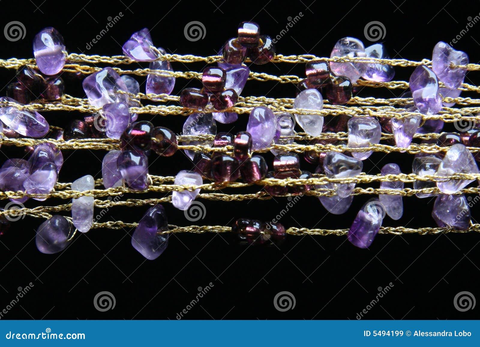 Goldene Halskette mit amethyst Steinen