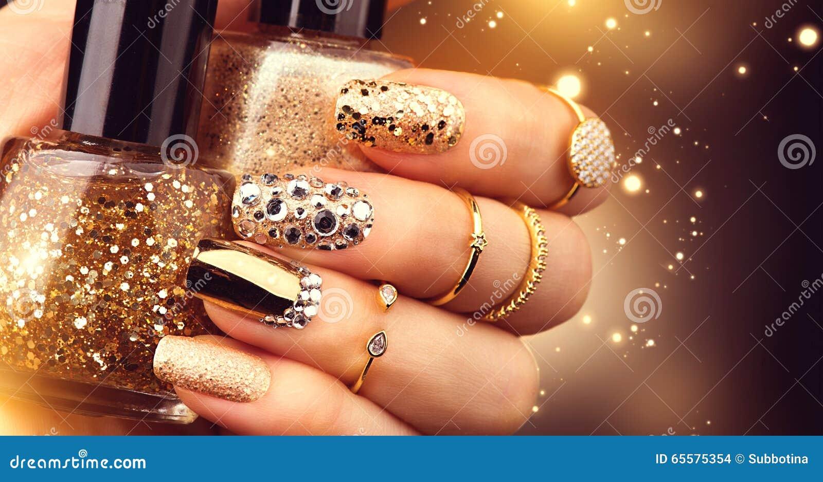 Goldene Maniküre mit Edelsteinen und Scheinen Flasche nailpolish, modisches Zubehör