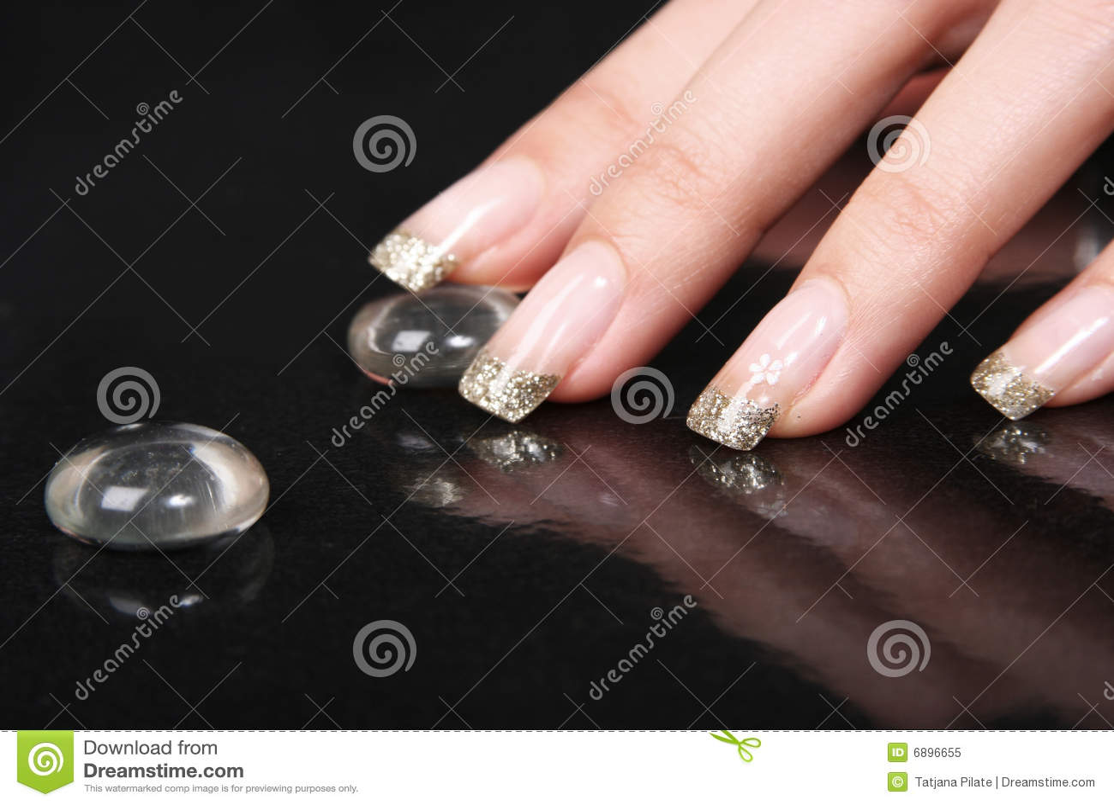 Goldene Nägel stockbild. Bild von beautician, weiblichkeit - 6896655