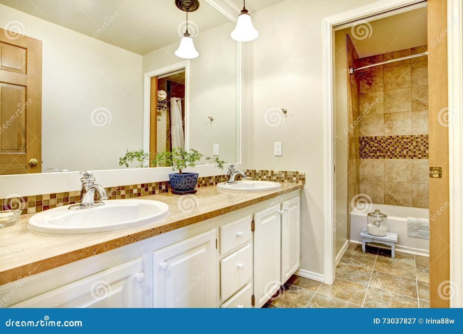 Goldener Badezimmerinnenraum Mit Hölzernem Weiß Malte ...