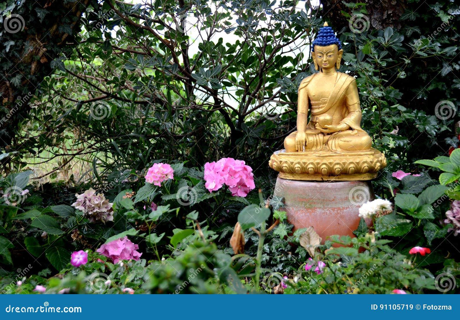 Goldener Buddha Im Garten Stockbild Bild Von Dunkel 91105719