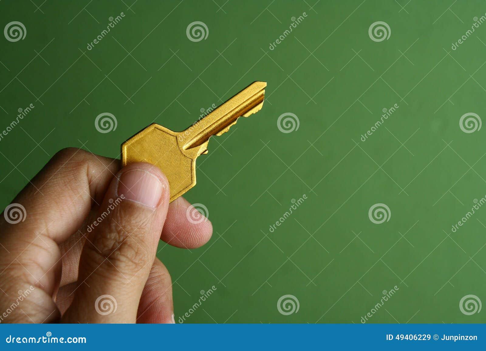 Download Goldener Schlüssel In Der Hand Gehalten Stockbild - Bild von einfluß, metall: 49406229