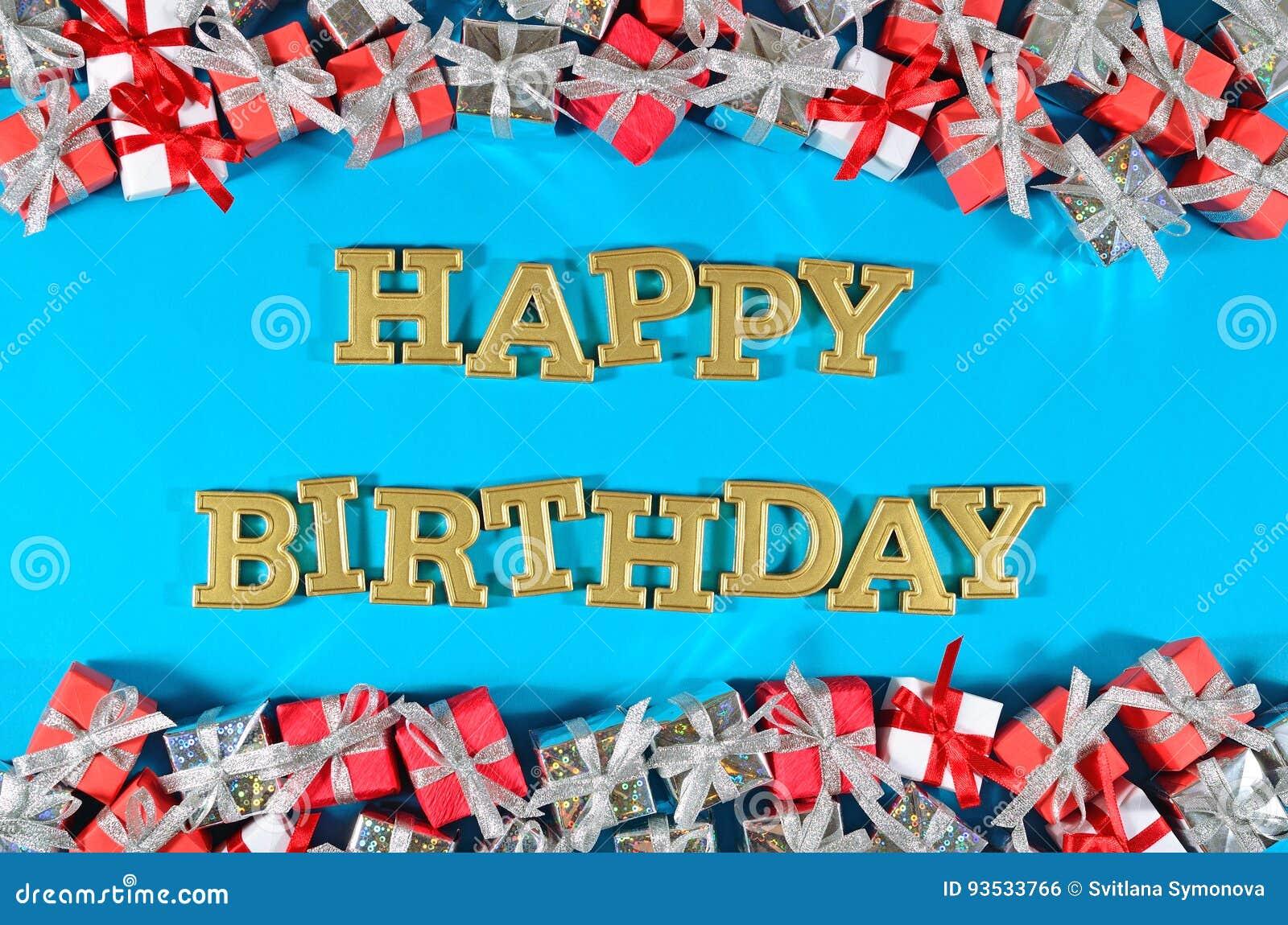 Goldener Text alles Gute zum Geburtstag und silberne und rote Geschenke auf einem Blau