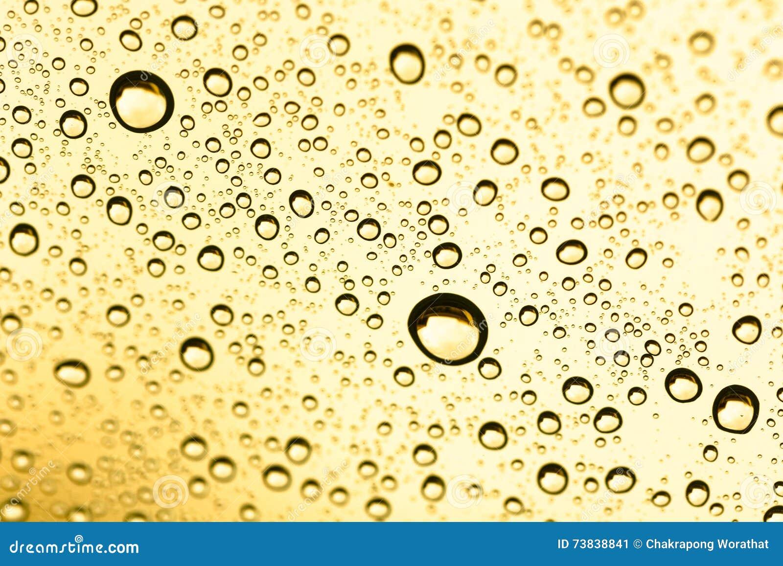 Goldener Wassertropfen unter Wasser auf Hintergrund