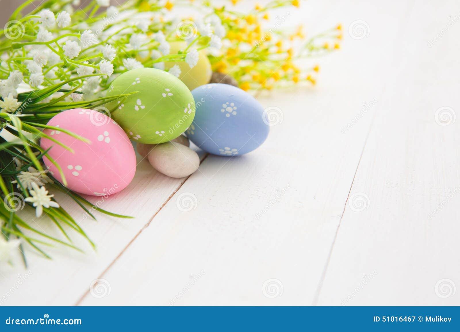 Goldenes Ei über grünem Steigungshintergrund