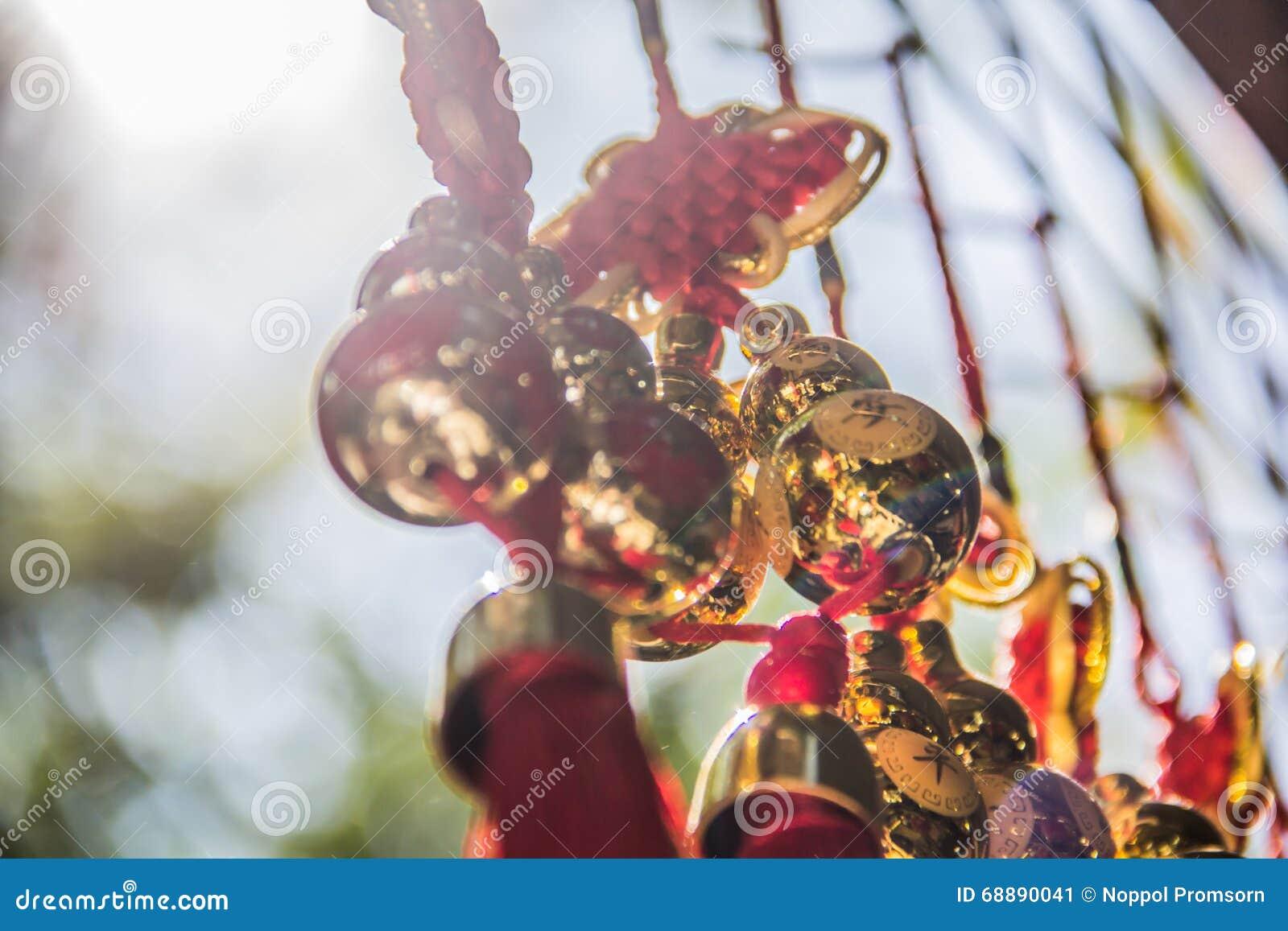 Goldenes Weihnachtsband und -ball