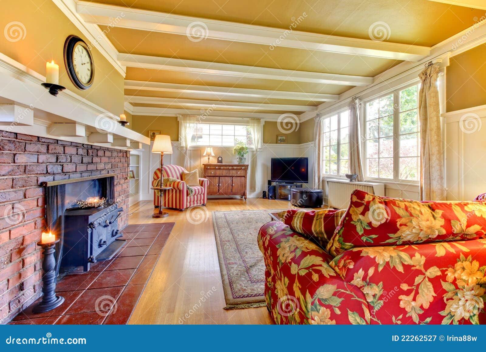 goldenes wohnzimmer mit kamin mit rotem sofa. lizenzfreie