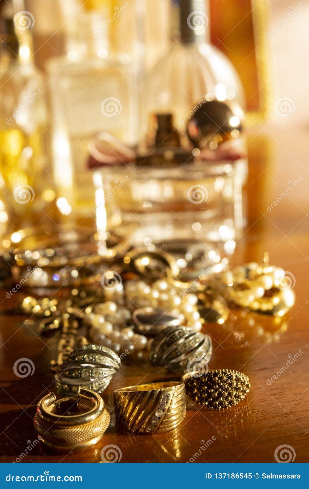 Goldjuwelen auf einer hölzernen Fläche