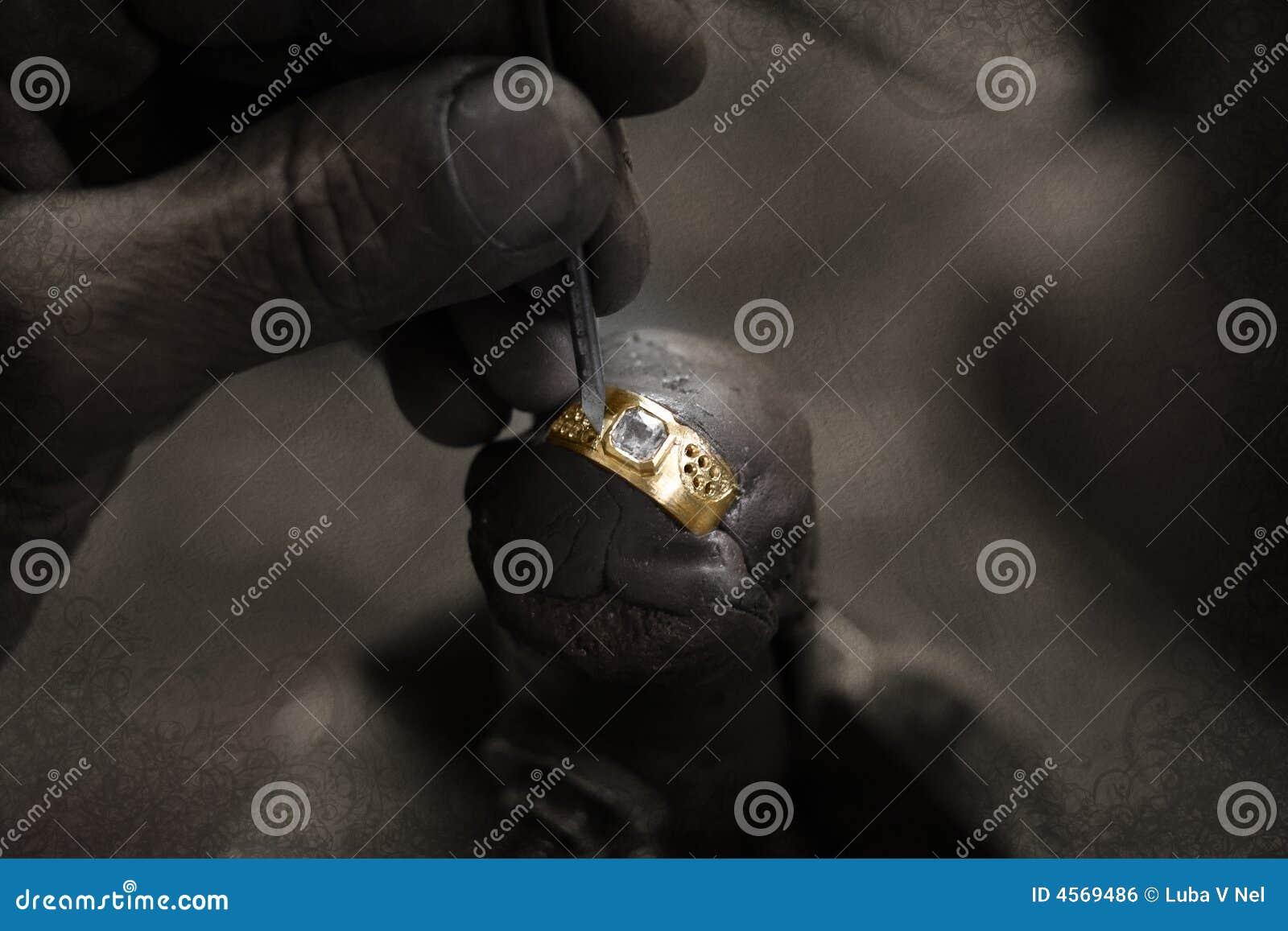 Goldschmied und Diamantring