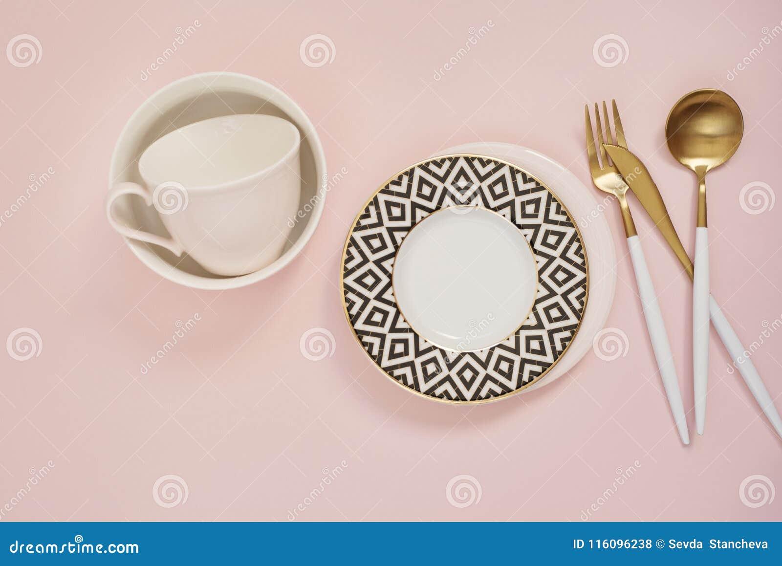 Goldtischbesteck Goldener Loffelsatz Goldenes Messer Loffel Gabel Kaffeetasse Und Leere Teller Auf Dem Tisch Gesetzte Spitze Stockfoto Bild Von Gabel Messer 116096238