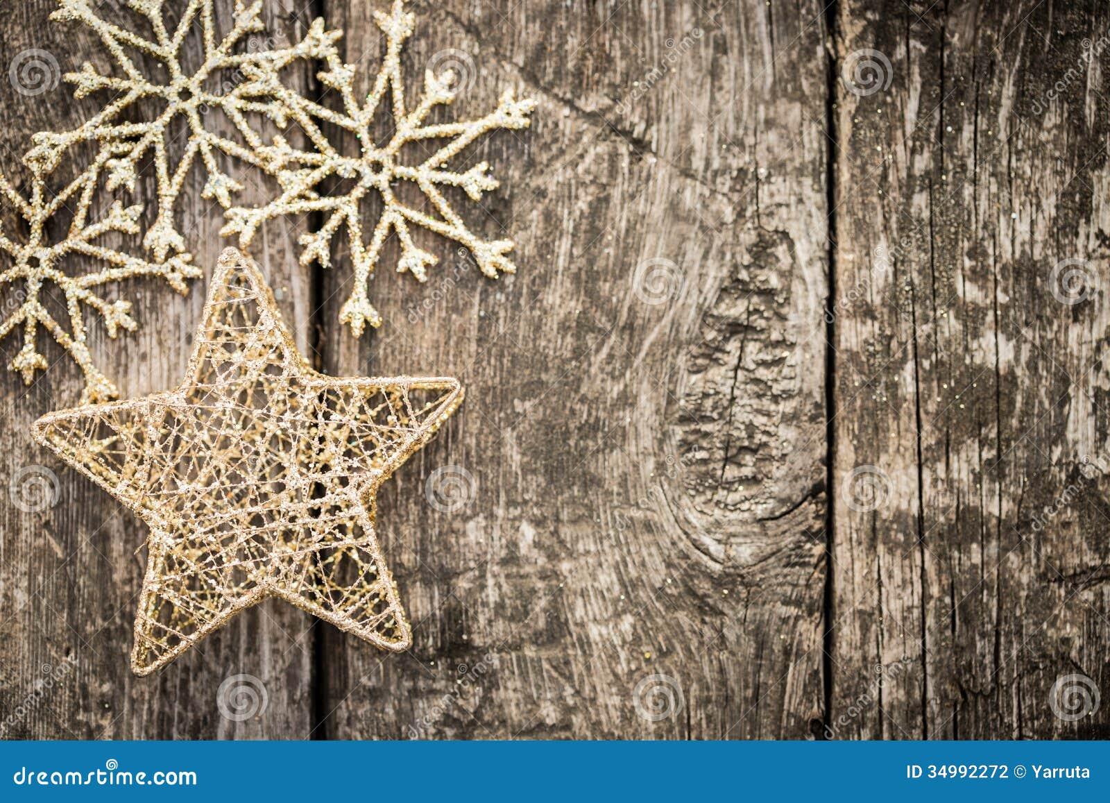 Goldweihnachtsbaumdekorationen auf Schmutzholz