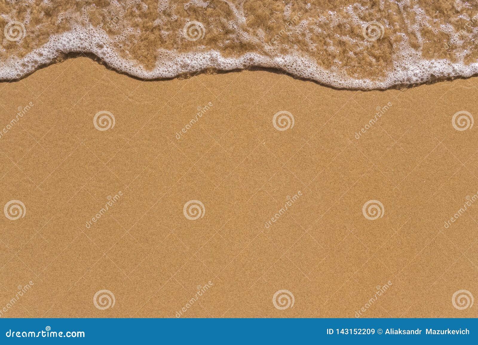 Golf op de achtergrond van het zandstrand