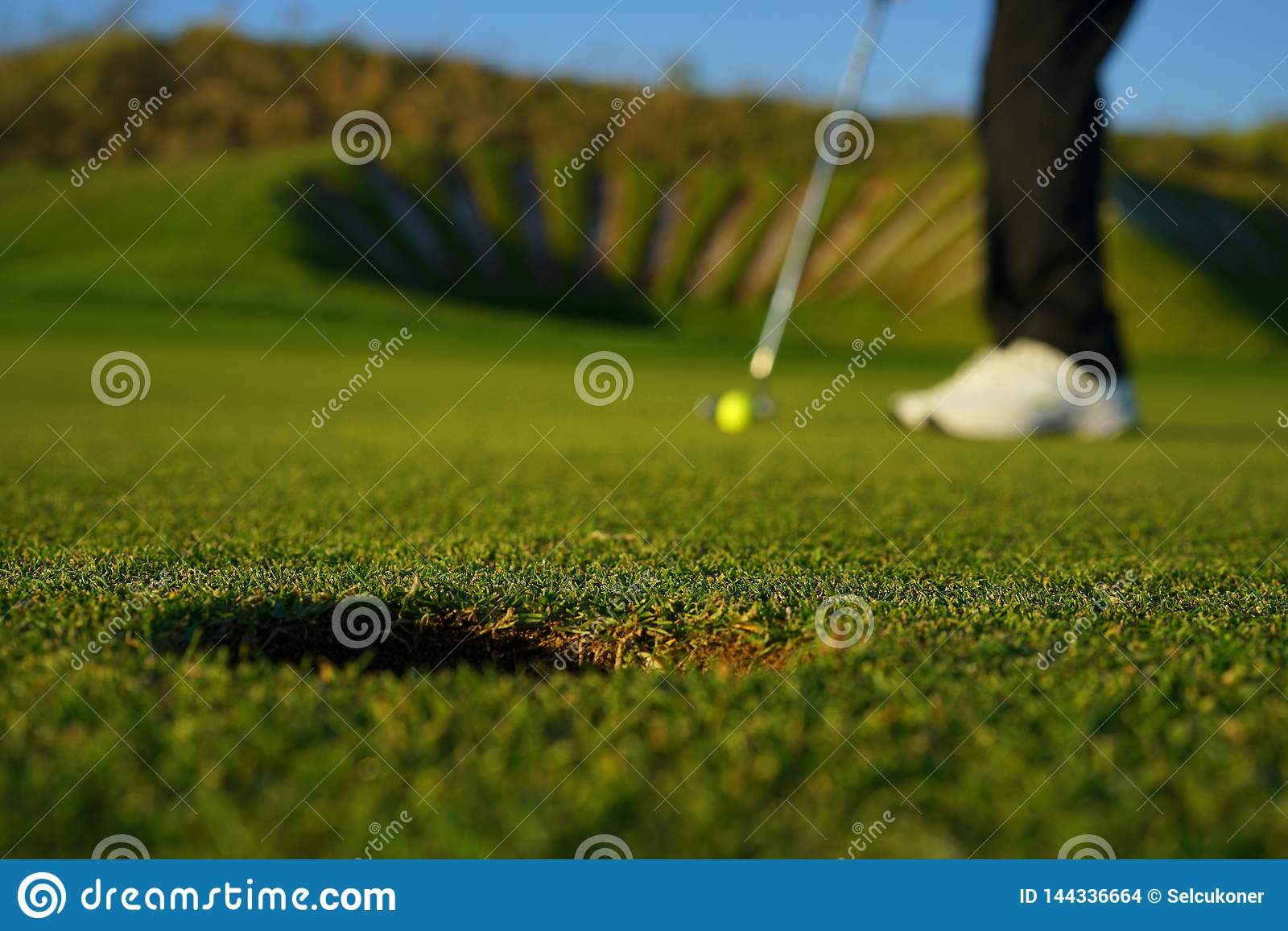 The golf player and the golf ball