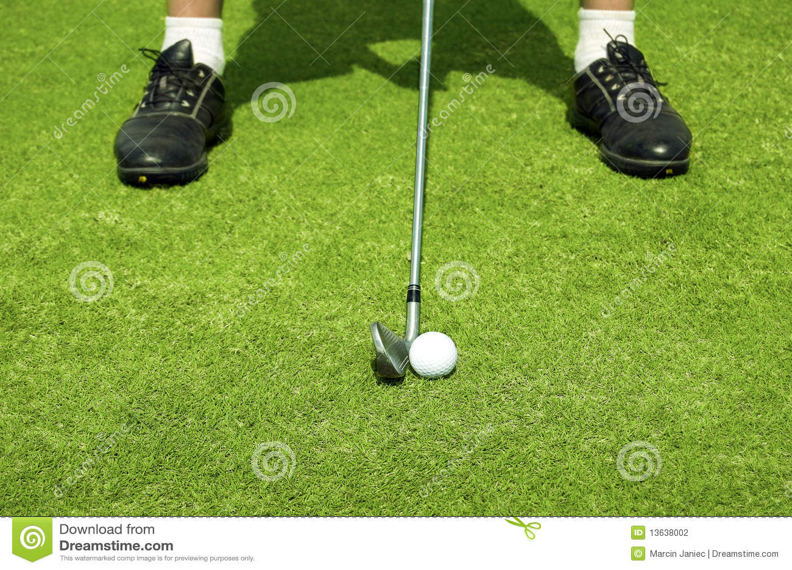 Golf spielen.