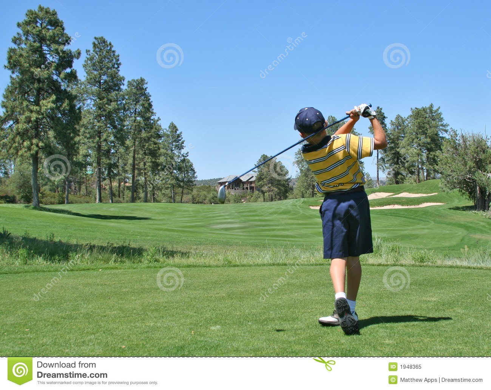Golfare som slår den trevliga sköt utslagsplatsen