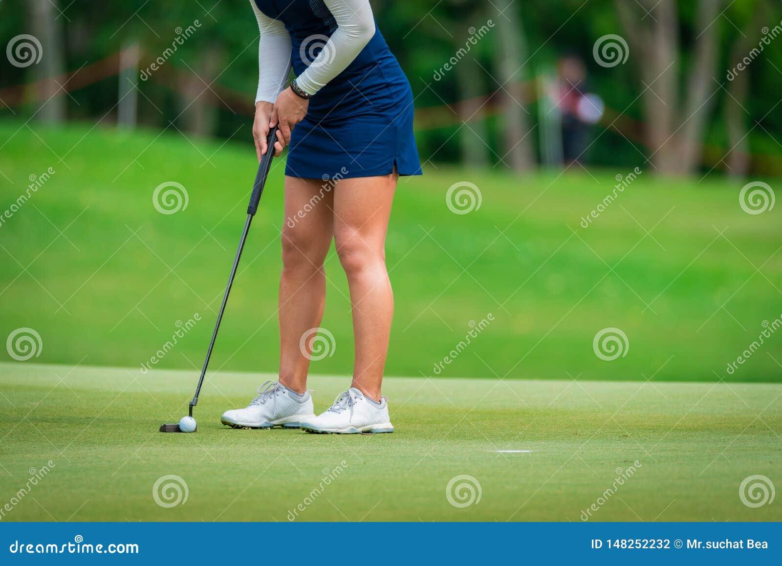 Golfaren teeing av golfboll av golfklubben från leken för utslagsplatsgolfkonkurrens
