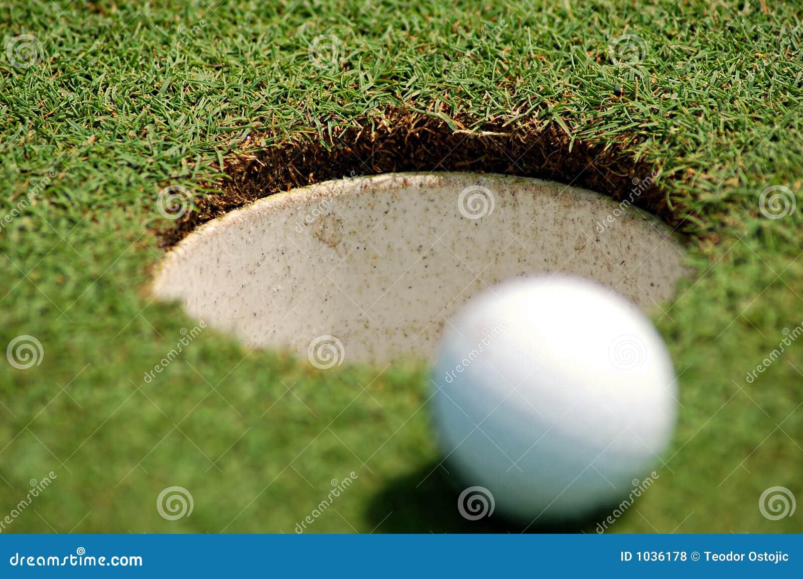 Golfbal dichtbij gat
