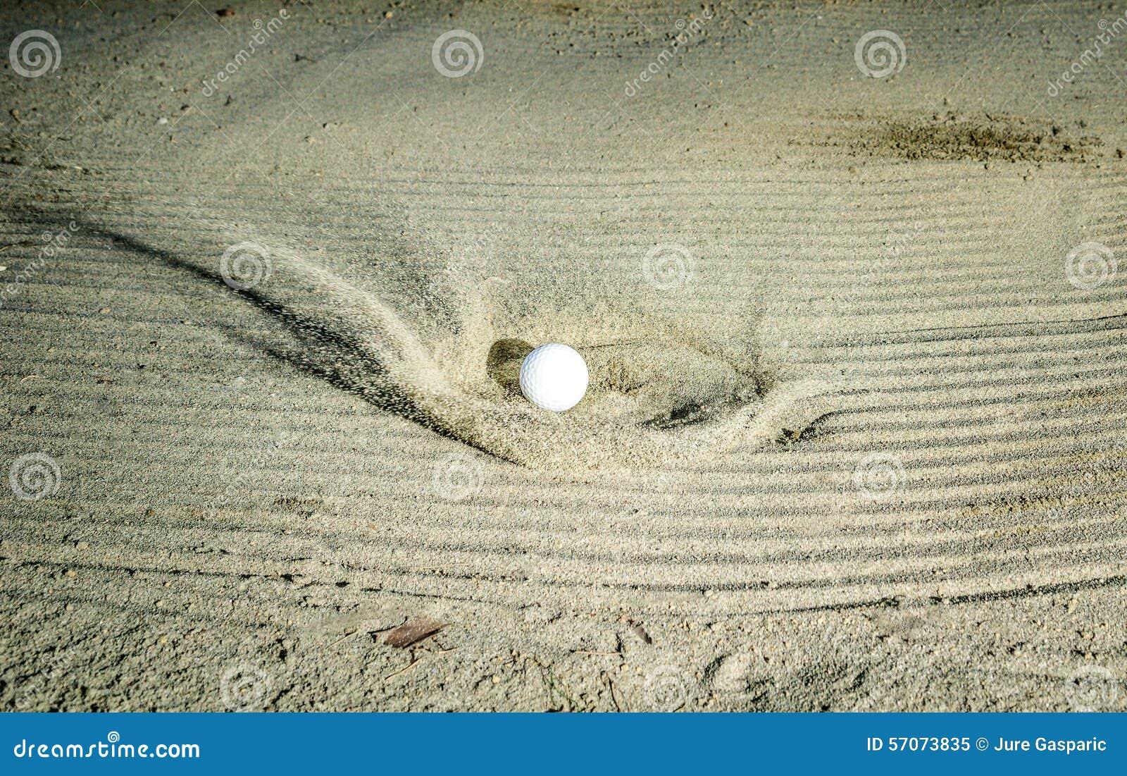 Golfbal die de zandbunker raken