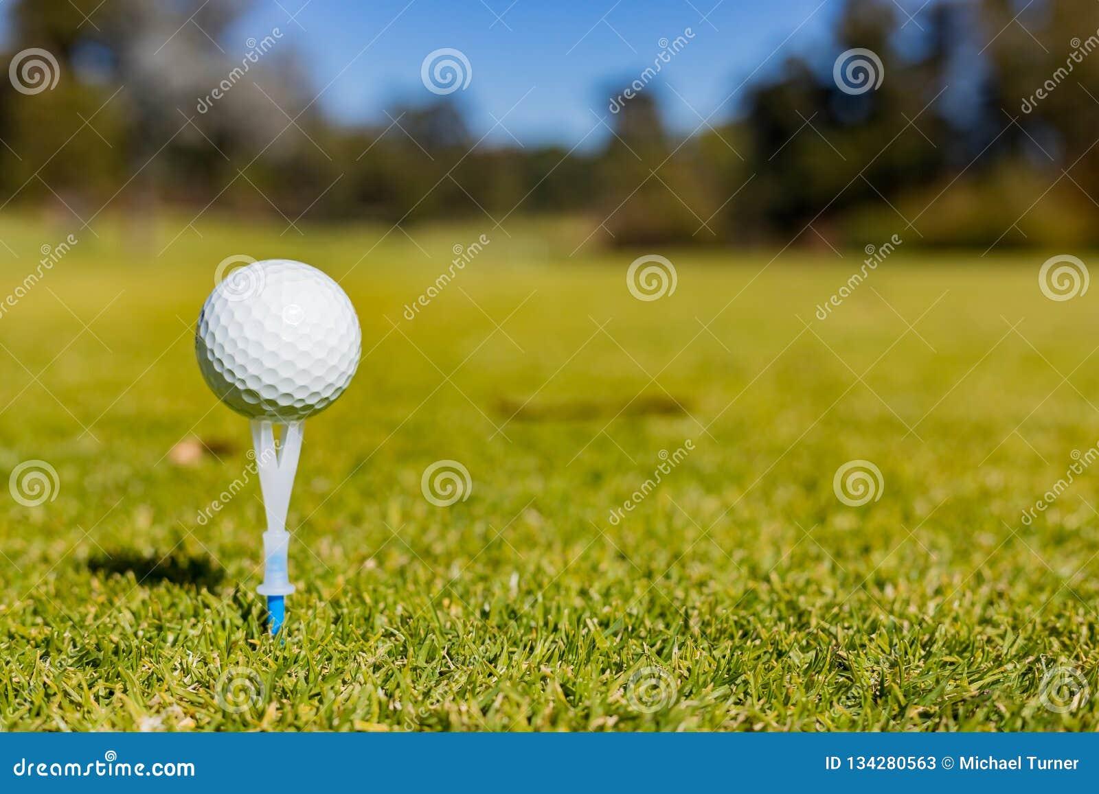 Golfbal op een T-stuk bij een Golfcursus
