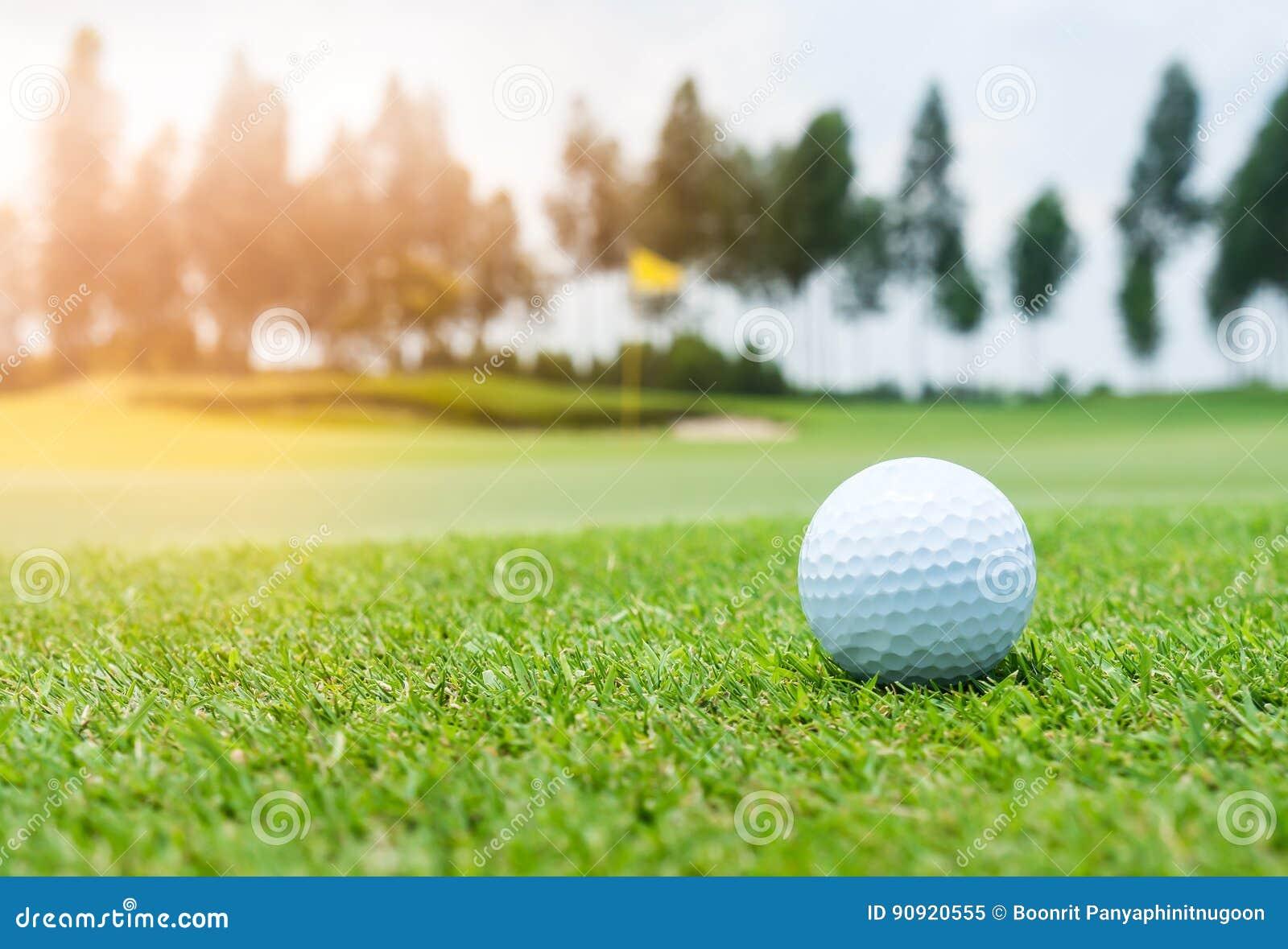 Golfbal op golfcursus
