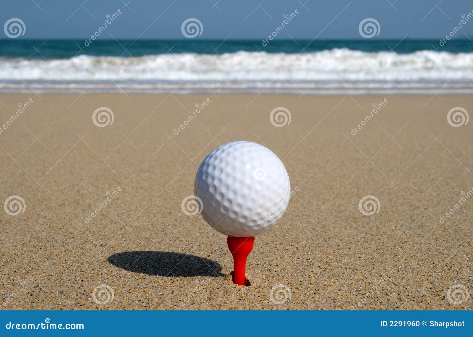 Golfbal op het strand.