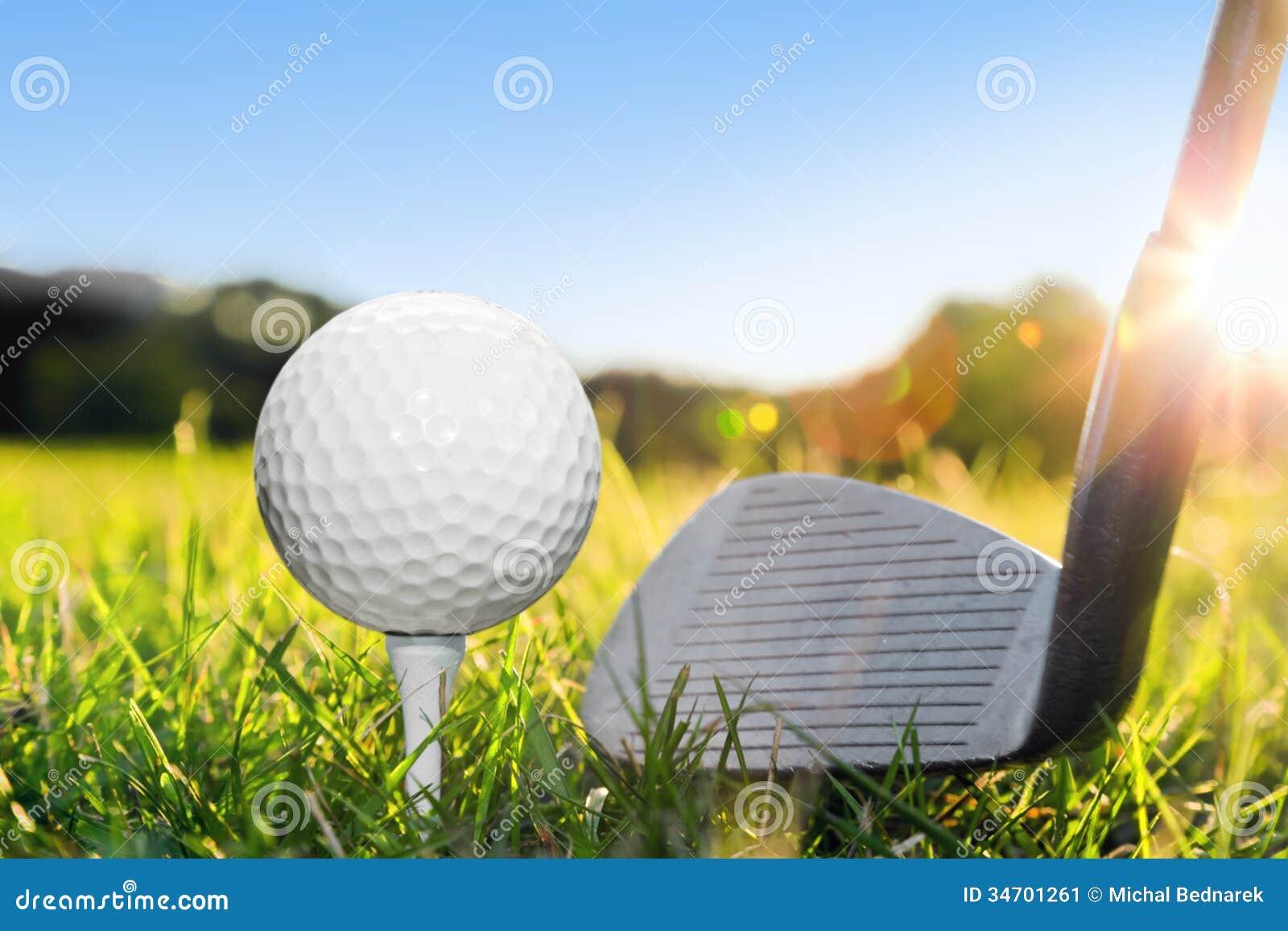 Golfbal op witte T-stuk en golfclub