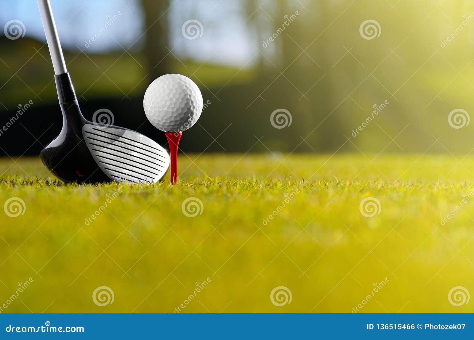 Golfball auf T-Stück mit Treiber
