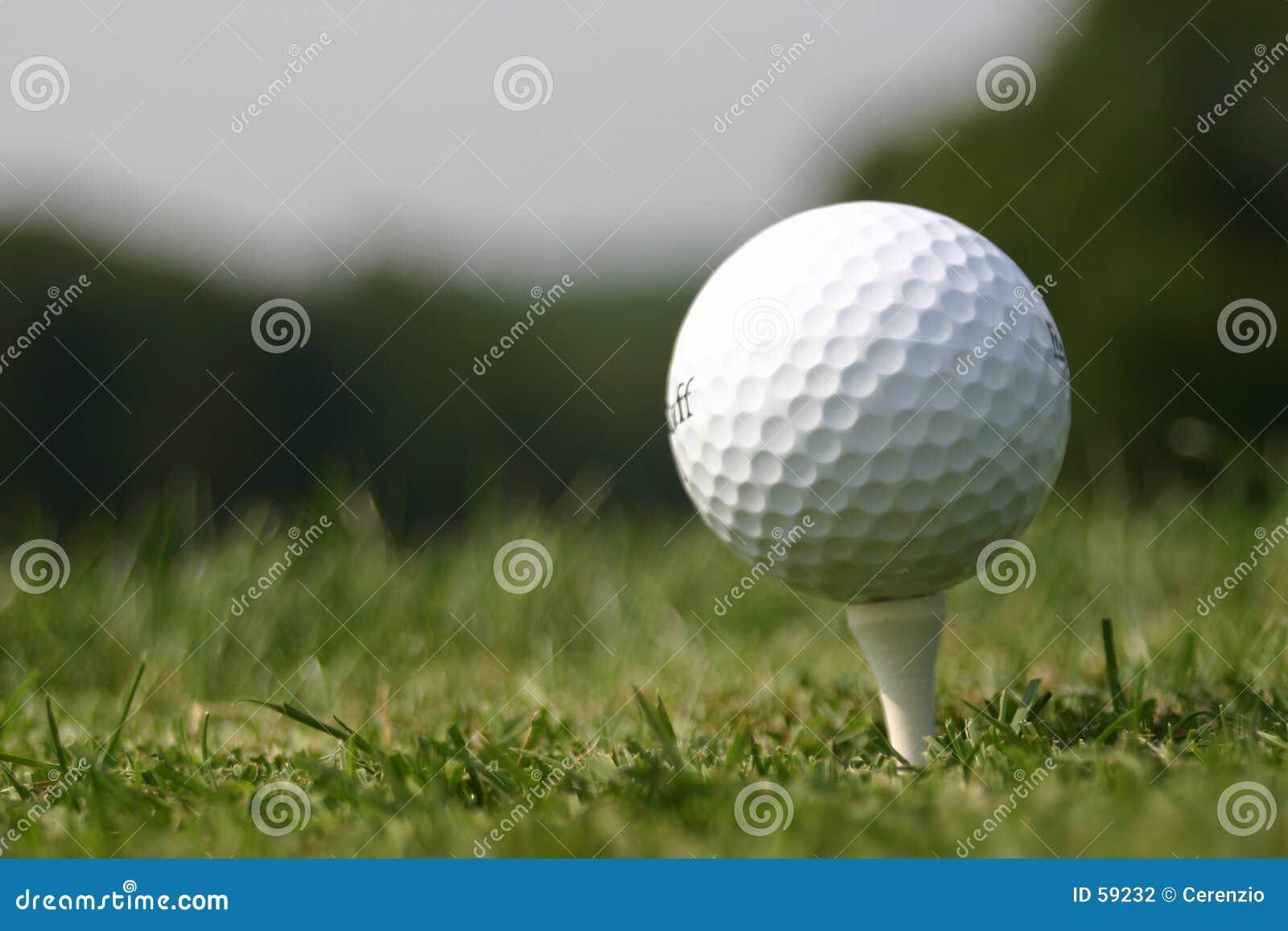 Golfball auf T-Stück (realer Golfplatz)