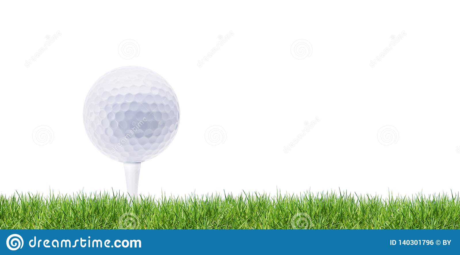 Golfball branco no T no verde