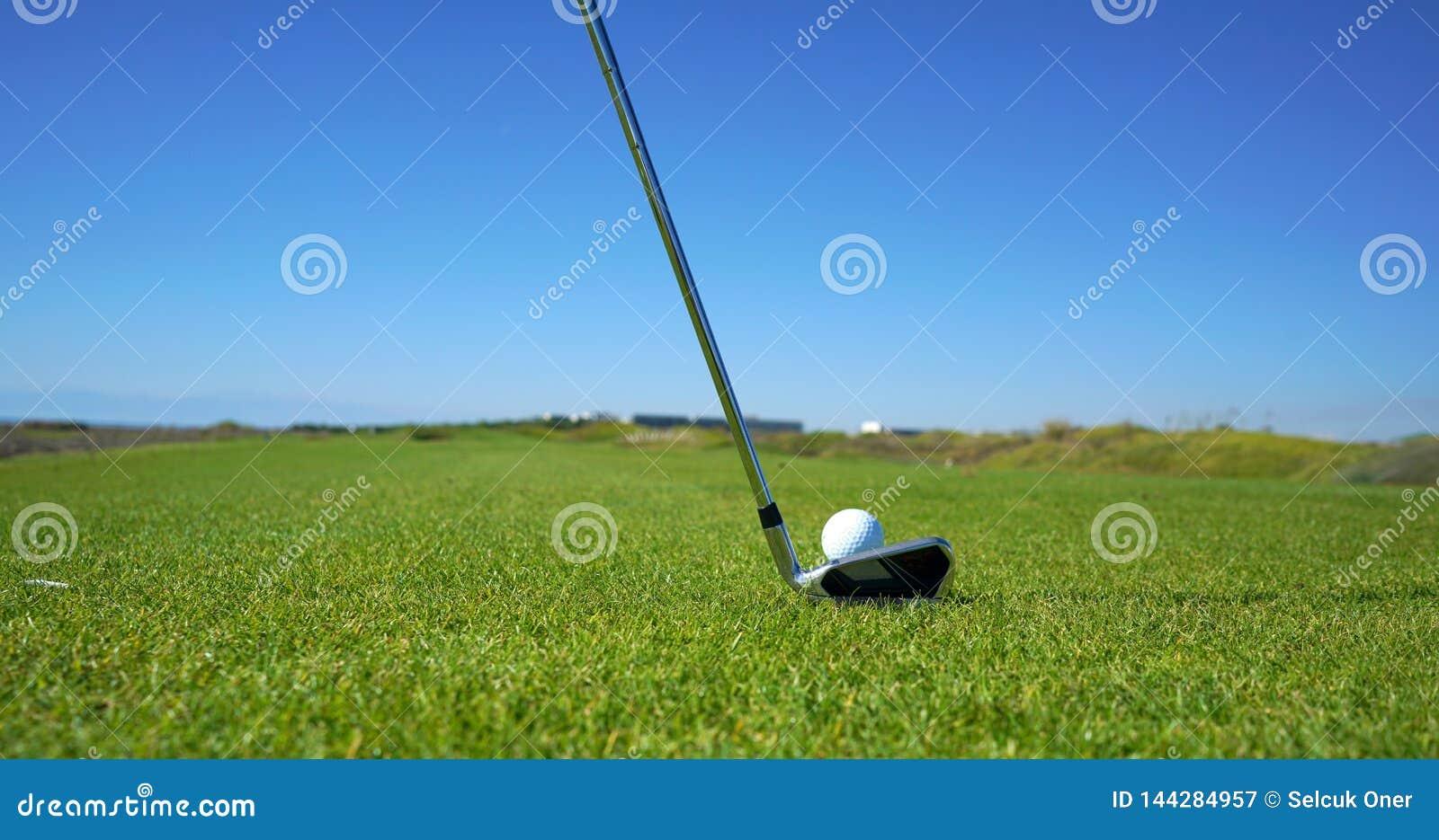 Golfbanan och golfbollen