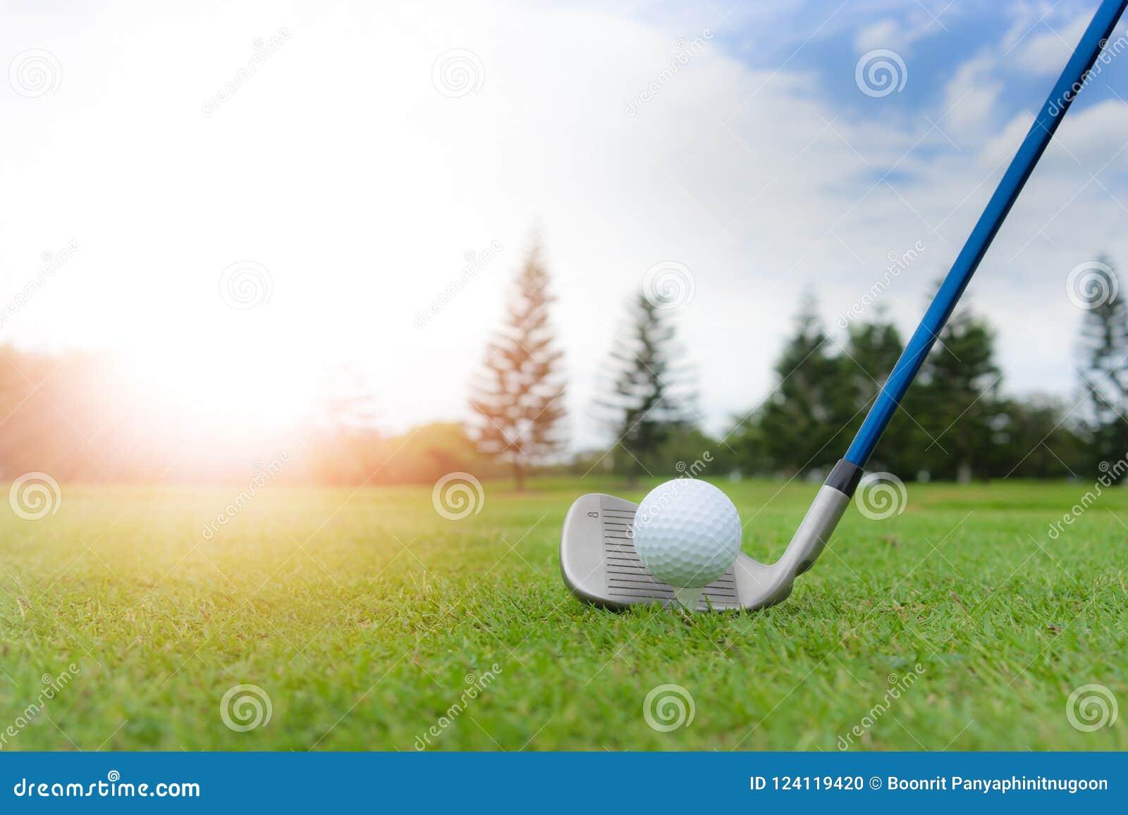 Golfbegrepp: Golfboll på golfbana, en aktivering för järn 8 för fa