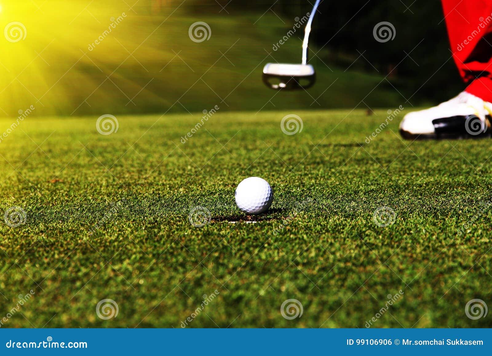 Golfboll i golfbana