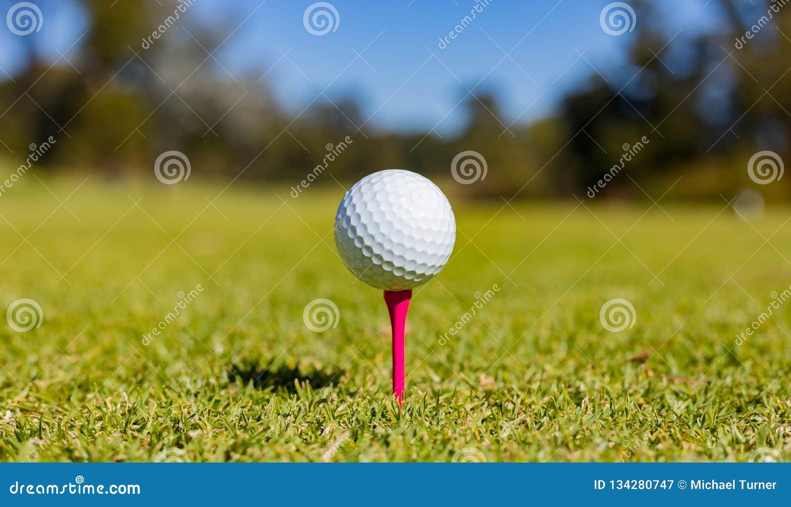 Golfboll på en utslagsplats på en golfbana